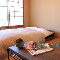 <あかね>和室8畳。ベッド付き。ごゆっくりおくつろぎくださいませ。