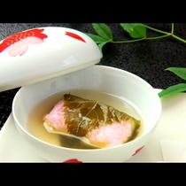 湯葉を道明寺粉で包み、湯葉で挟んだ一品《湯葉の桜蒸し》