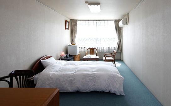 お客様が驚く広いシングル部屋 全室無料WiFi完備