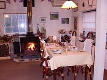 薪ストーブのある食堂