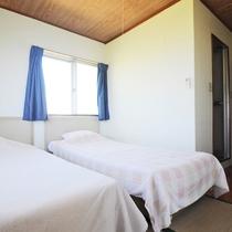 【和室10畳(バス・トイレ・ベッド付)】4畳の客室にベッドを2台設置しております。
