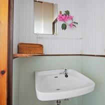 【和室6畳(海側)】バストイレは共同ですが、洗面所は客室にございます。