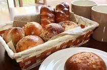 朝食は焼きたての自家製パン