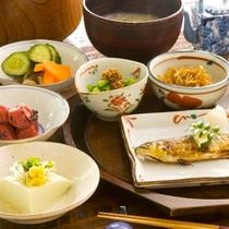 朝は和食をお出ししております。一口食べると優しい味が、「すーっ」と体に広がります。