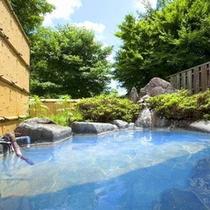 人気温泉地『湯布院』でとろっとろ青湯に癒やされる♪内湯付きの露天風呂は貸切形式で利用できる。