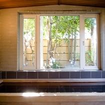 *古代檜の浴槽で天然温泉に癒される!