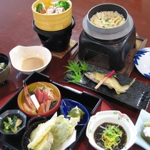 夕食一例。季節に応じた旬な山里の味覚、海の幸をご堪能下さい。
