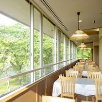 *【食堂】景色を眺めながらお食事をお楽しみ下さい。