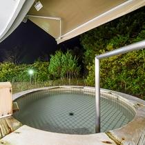 *【露天風呂】屋根付きですので、雨も気にせずご入浴いただけます。