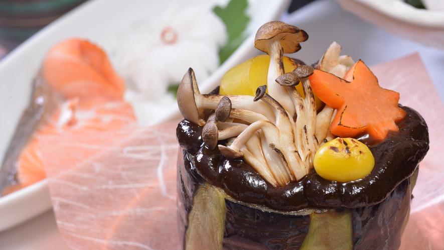 *【秋の夕食例】一品毎の盛り付けにもこだわっております。