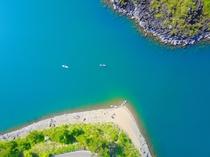 ドローン画像 黒と白の岸辺のコントラストと西湖の青さ