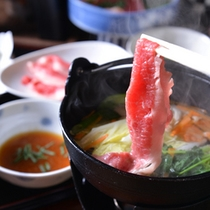 *お夕食一例(鍋物)/季節のお野菜をとともにいただく豚肉は、和風出汁にくぐらせてポン酢でさっぱりと。