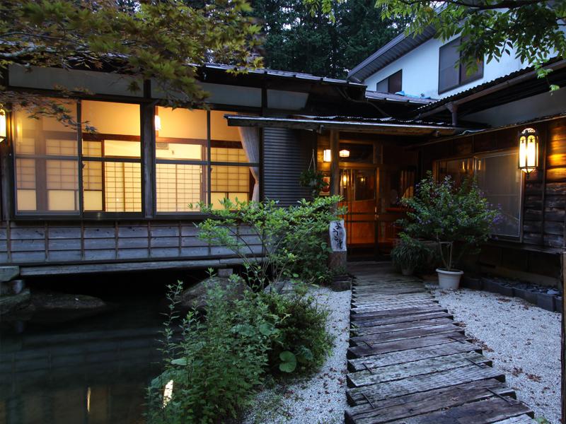 夜の滝見の家