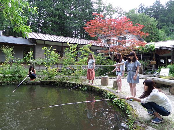 庭の池で岩魚釣り