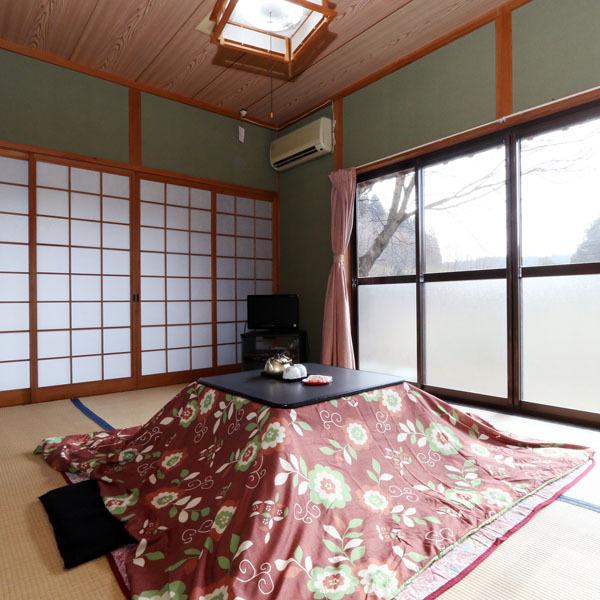 【お部屋】のどかな景色に囲まれた畳のお部屋です。冬はこたつでぽかぽかゴロゴロお過ごしいただけます。