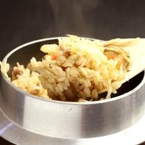 【夕食】炊立て自家米の釜飯は大変好評です。