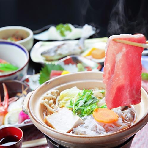こだわりの和牛すき焼き会席は、料理長が選び抜いた県産の和牛を贅沢に使用。10種類以上の小鉢付き。
