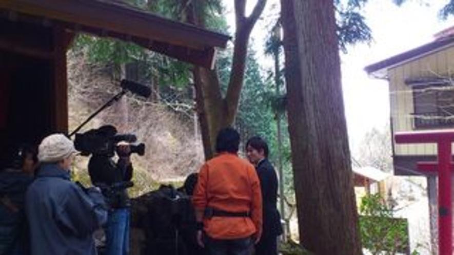 藤岡弘さんの不動尊の霊水前のテレビ収録風景1