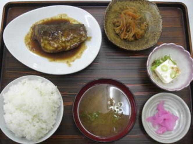 鯖味噌煮定食(550円)