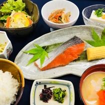 【朝食】料理長が心を込めてご提供する和朝食。※写真はイメージです。