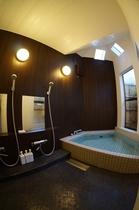 館内の一階に24時間ご利用いただける貸切の内湯がございます。