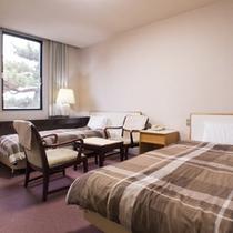 *【ツインルーム(例)】中央にはテーブル・イスを備えて、快適で居心地の良いお部屋です。