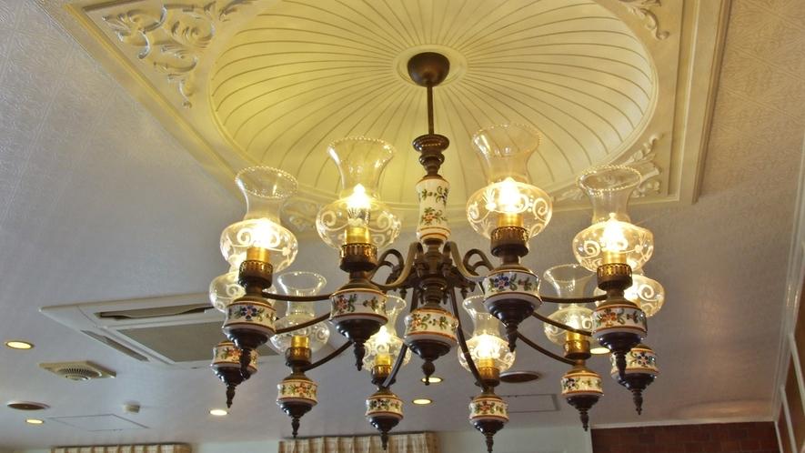 *【施設】照明のシャンデリア。館内のインテリアもこだわっています