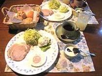 自家製のパン、ヨーグルトなどの朝食