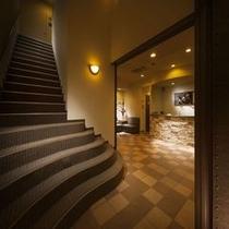 【施設】エントランスから客室への階段