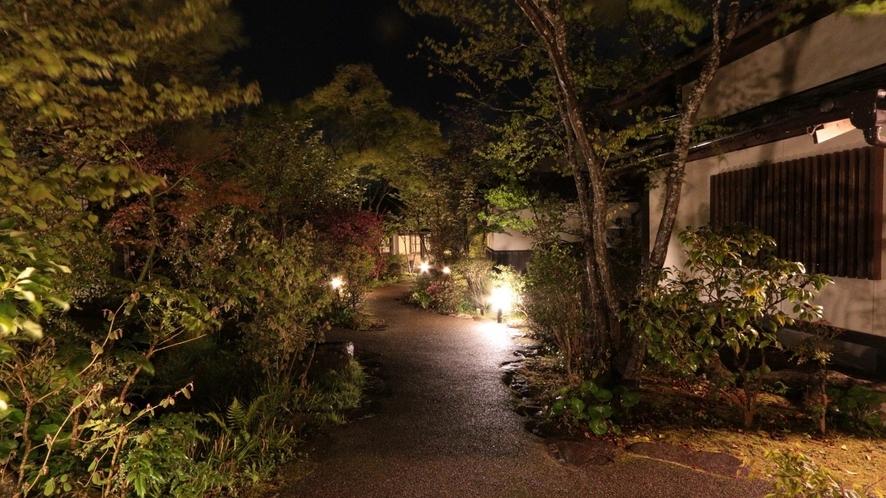 夜の中庭も素敵なんです♪