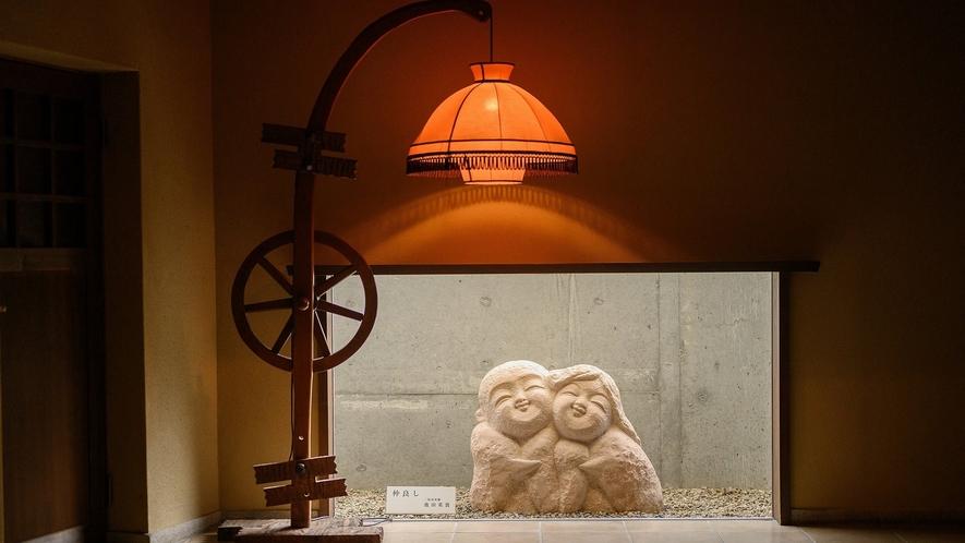館内は落ち着いてお過ごしいただけるトーンの照明に統一させていただいております