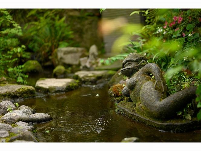 中庭を流れる小川