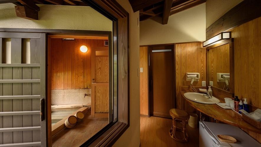 お部屋の奥には専用内風呂がございます