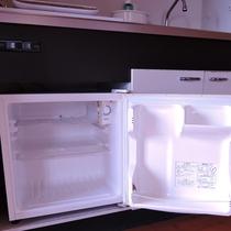 【冷蔵庫(コテージ)一例】ミニキッチンに備え付けの冷蔵庫は小さめですのでご注意ください。