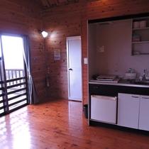 【お部屋(コテージ)一例】ミニキッチンには、IHクッキングヒーターと冷蔵庫がございます。