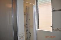主寝室脇に独立したシャワールーム。トイレも余裕の3箇所。