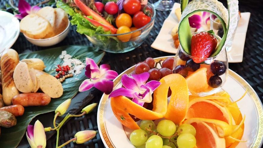 ・お食事一例:色鮮やかなフルーツが食欲をそそります