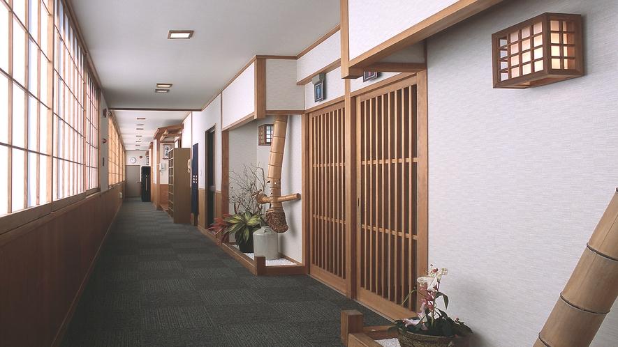 【廊下】和の雰囲気で落ち着きを感じられる造りにしております。