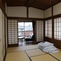 *【和室7.5畳+次の間】中庭を望む広々とした和室となっております。