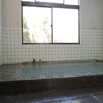 *【温泉】男性の内湯♪天然かけながしで硫黄の香りが広がります。