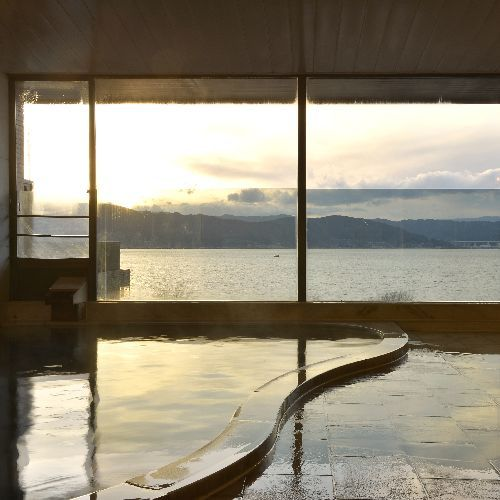 【諏訪湖一望 自慢の展望風呂】諏訪湖を見ながら日頃の疲れを癒してください。開放感のある展望風呂です。