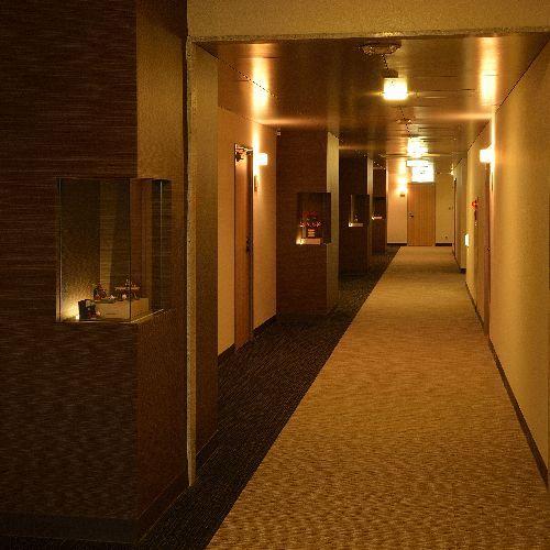 【廊下】開放感のある広々とした廊下です。エレベーターも2つありますので、ゆっくりと過ごせます。