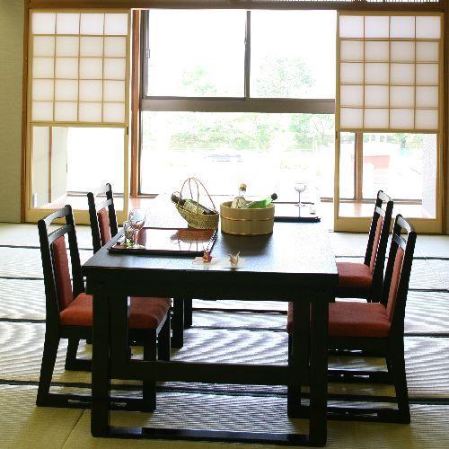 【お食事処】諏訪湖一望のレイクビュー。デーブル事に仕切りを設定致します。自慢のお食事をご堪能下さい。