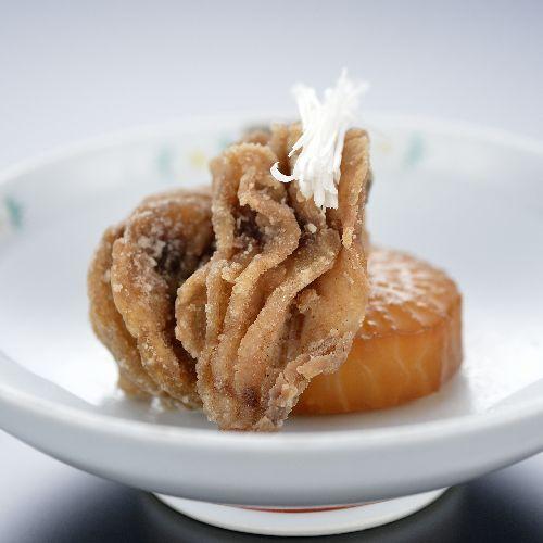 【鯉のから揚げ】諏訪名産の美味しい湖魚である鯉。鯉はたんぱく質、ビタミンB1・D・Eが豊富です。