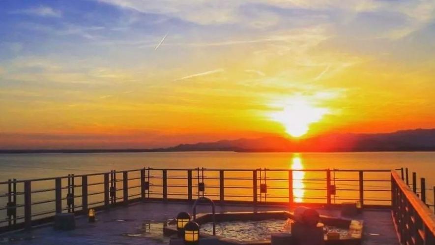 ホテル屋上の露天風呂「飛天」から見る浜名湖の夕日