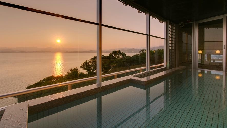 ホテル最上階10階の露天風呂付展望大浴場からの夕日
