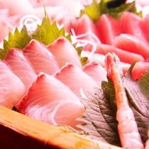 新鮮な魚介をつかった贅沢舟盛り。*