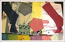 浴衣やタオル、巾着袋など、色とりどりのものを揃えております。