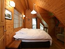 2階テラスにつづくベッドルーム シングルベッド2つまたはダブルベッド1つ