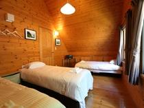 2階大部屋のベッドルーム シングルベッド3つ(またはシングルを2つつなげてダブルに変更可能)